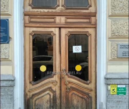 Деревянная дверь из массива на ул Чайковского 24, здание МФЦ Центрального района