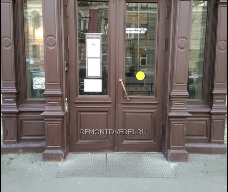 Деревянная дверь на ул Чайковского 27