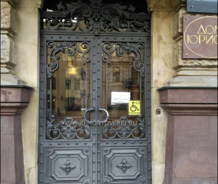 Кованные металлические дверки на Чайковского 28 в особняке Барона Кельха. Дом Юриста
