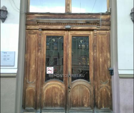 Деревянная входная дверь по адресу Чайковского 32, здание банк ВТБ