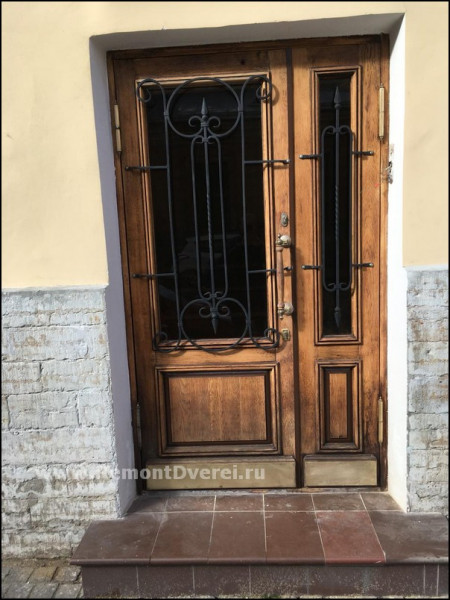Реставрация уличной деревянной двери Галерная 25
