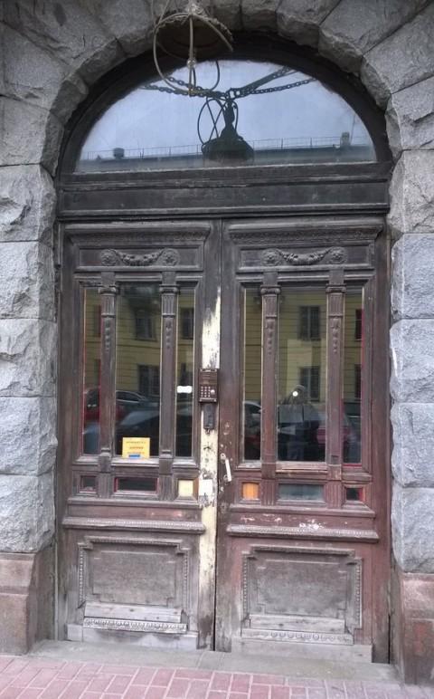 Реставрация входных деревянных уличных дверей